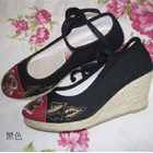 Mudan Peony Embroidery Wedge Heel Shoes (Black)